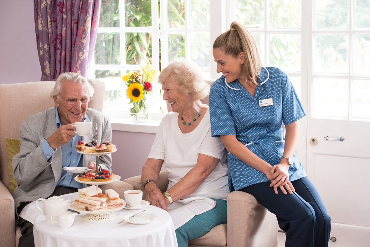 Mealtime-Afternoon-tea-residents-carer-2.jpg